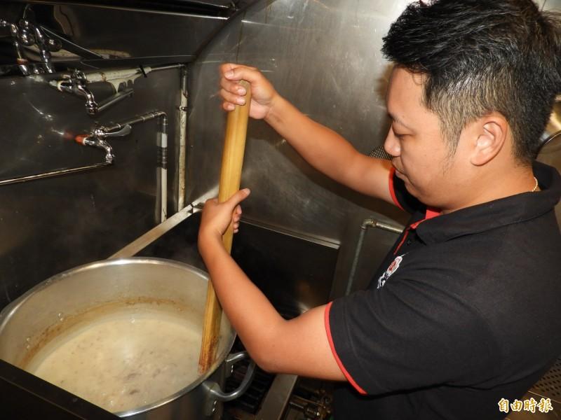 拉麵湯頭不同於坊間採用豚骨,店家選用雞骨精心熬煮8小時,呈現濃郁的乳白色。(記者賴筱桐攝)
