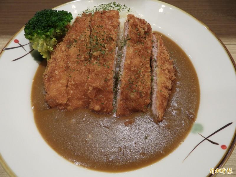 豬排咖哩飯以溫體豬里肌肉加入佐料醃製,並選用三種不同風味的咖哩混合製成咖哩醬。(記者賴筱桐攝)