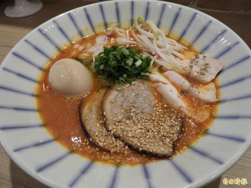 「辛味噌拉麵」以北海道札幌味噌醬調味,口感微辣,喜愛重口味的顧客可以嘗鮮。(記者賴筱桐攝)