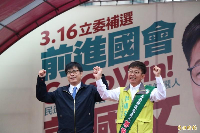 行政院副院長陳其邁(左)今首次到台南為立委補選候選人郭國文(右)站台輔選。(記者萬于甄攝)