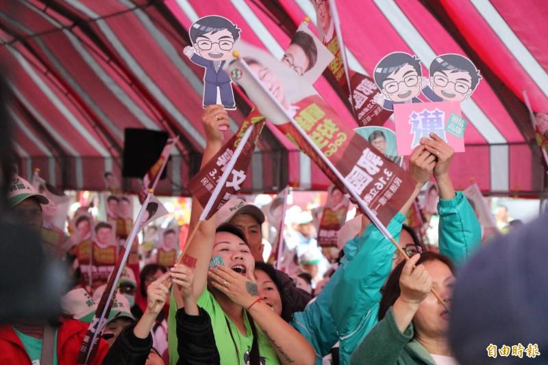 行政院副院長陳其邁首次到台南輔選,讓「邁粉」相當興奮,自製加油牌到場力挺。(記者萬于甄攝)