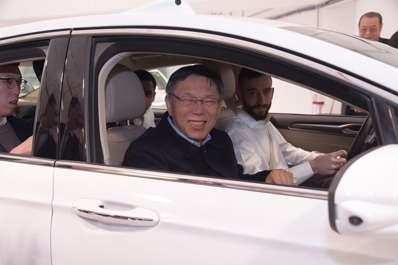 台北市長柯文哲率團赴以色列參訪4天,今天首站來到全球最大自駕車公司「Mobileye自駕車之眼」,並體驗試乘。(台北市政府提供)