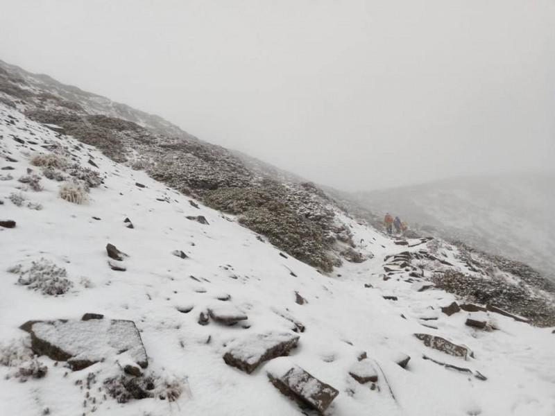 雪山下雪了!整個山頭都是白皚皚的一片。(圖擷自全蔣清臉書)
