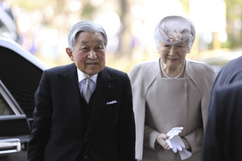 日本政府今(24)日特地為明仁天皇(圖左)舉辦「30年紀念儀式」,共有1100人出席典禮。(美聯社)