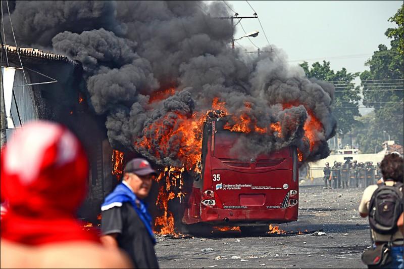 委內瑞拉總統馬杜羅二十三日下令關閉哥倫比亞邊界,引發邊城烏瑞尼亞民眾抗議,一輛巴士遭焚毀。(法新社)