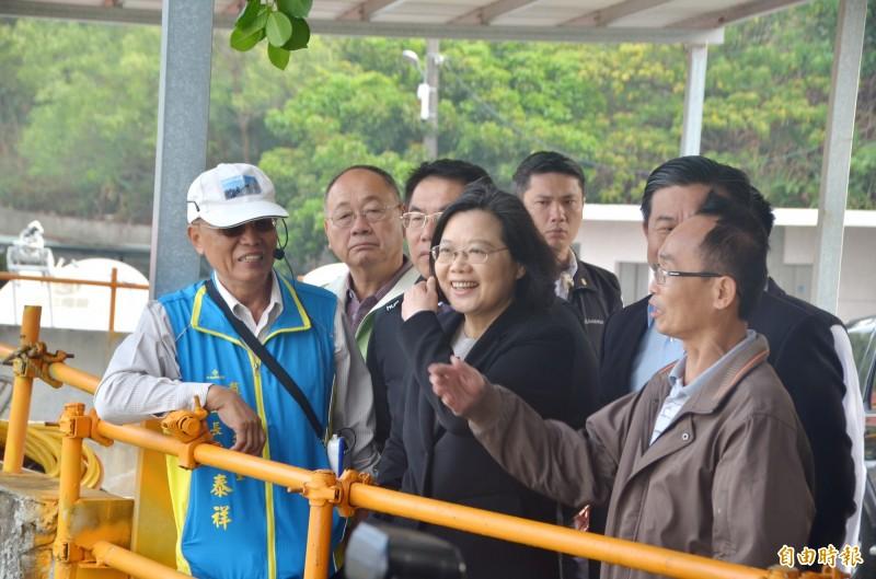 總統蔡英文眺望台南龍崎的月世界地景,並聽取後續發展的建議。(記者吳俊鋒攝)