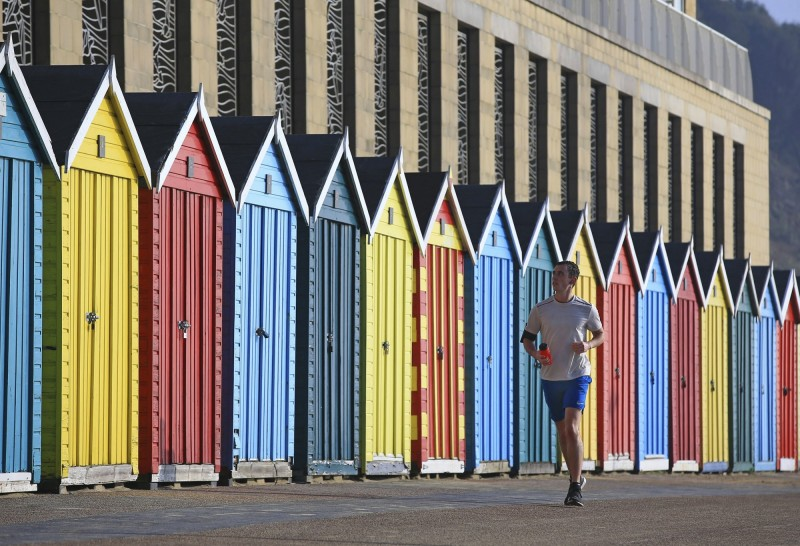 比台北緯度更高的英國,今日最高溫竟然高達20.3度,創下了英國史上2月最高溫紀錄。由於天氣溫暖,上街運動的英國人只穿著短袖、短褲。(美聯社)