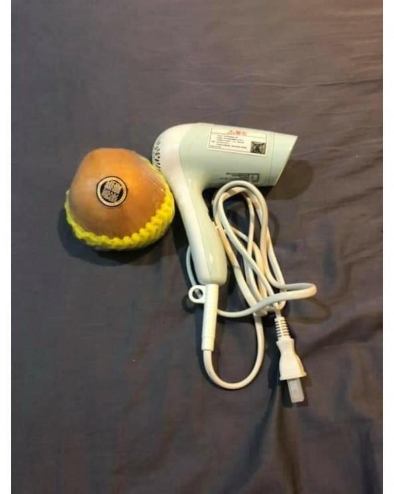 有網友到淘寶買了一個「負離子吹風機」,收到貨時他卻看傻了眼。(圖擷取自「爆廢公社」臉書社團)
