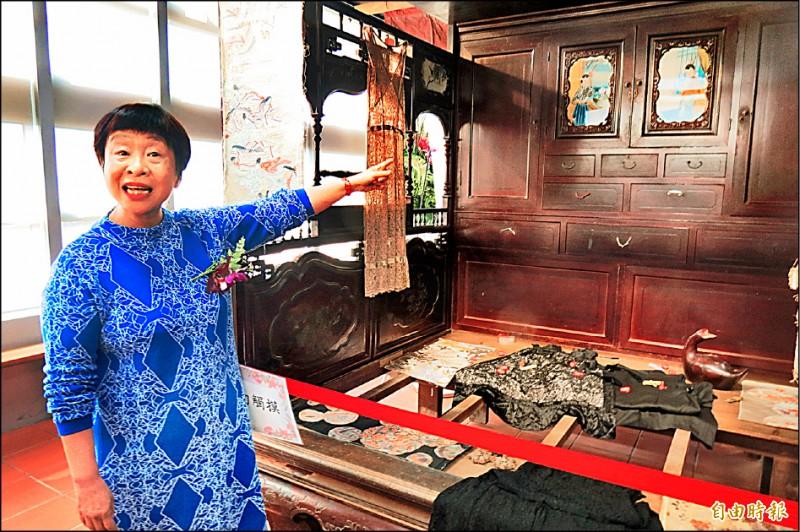 作家李昂在興大設李昂文藏館,搬來父親手製的紅眠床。(記者蘇孟娟攝)