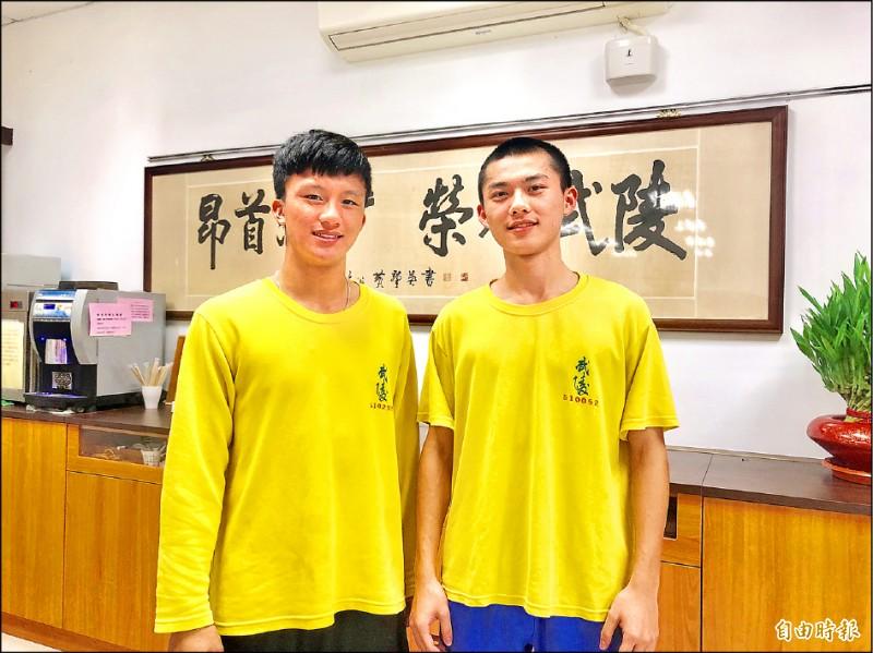 武陵高中男子籃球隊長游柏仁(右)、排球隊長陳皓偉(左)文武雙全。(記者魏瑾筠攝)