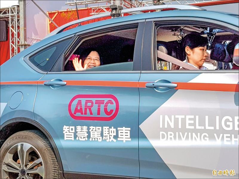 蔡英文總統昨到台灣智駕實驗室,親自試乘自駕車。 (記者簡惠茹攝)