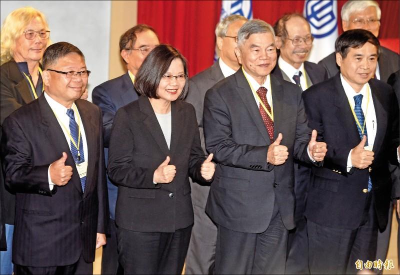 總統蔡英文(左二)昨出席「國艦國造本土化供應商大會」,並與台船董事長鄭文隆(右)、經濟部長沈榮津(右二)、國防部副部長張冠群(左)等合影。(記者簡榮豐攝)