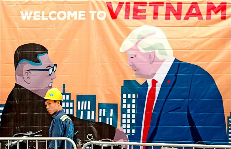 河內街頭掛起金正恩(左)與川普(右)握手的巨幅海報。(路透)