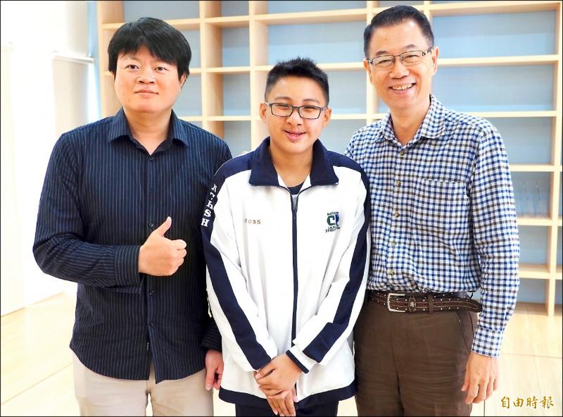 樂觀又上進的張益嘉(中),讓導師廖堂智(左)和校長張瑞杰(右)讚譽有加。(記者陳鳳麗攝)