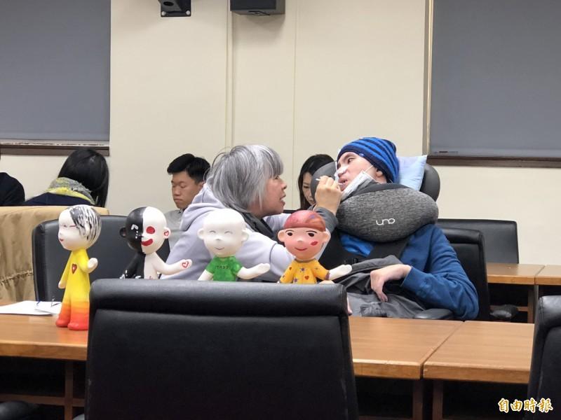 林毓英(左)帶著被酒駕撞成植物人的兒子詹庭豪出席公聽會,她痛陳母子倆才是面臨真正的無期徒刑。(記者陳昀攝)