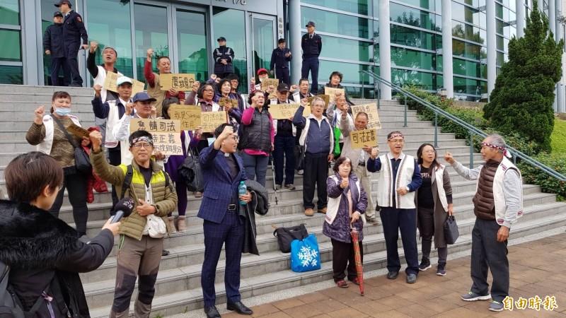 為求正名,西拉雅族人打行政訴訟,今赴北高行出庭。(記者溫于德攝)