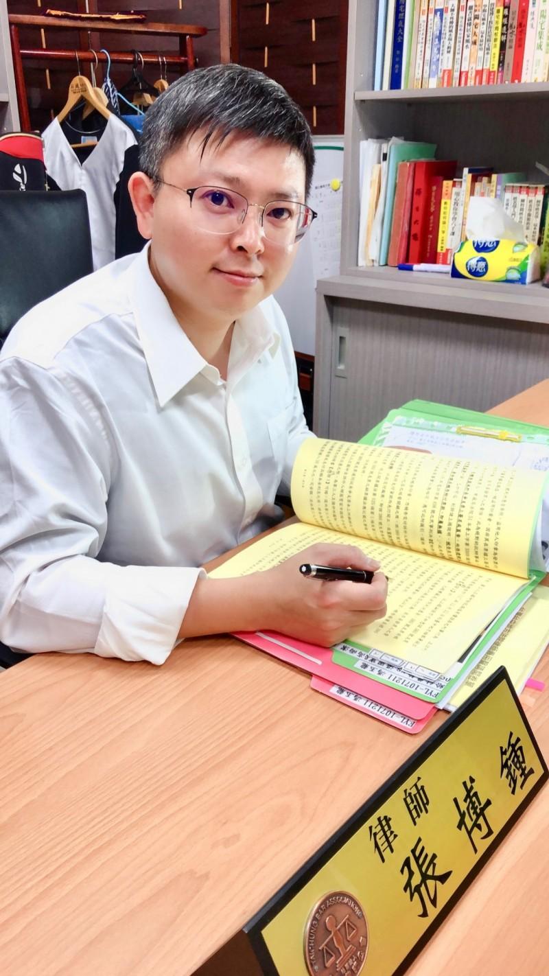 玄奘大學校友張博鍾不僅獲乙級禮儀師檢定通過,也通過律師考試。(玄奘大學提供)