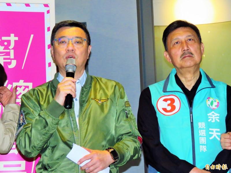 民進黨主席卓榮泰(左)今天下午為了余天(右)站台助選,強調為了這一代和下一代的人民,應該清楚告訴大家,「非核家園才是未來台灣該走的路」。(記者陳心瑜攝)