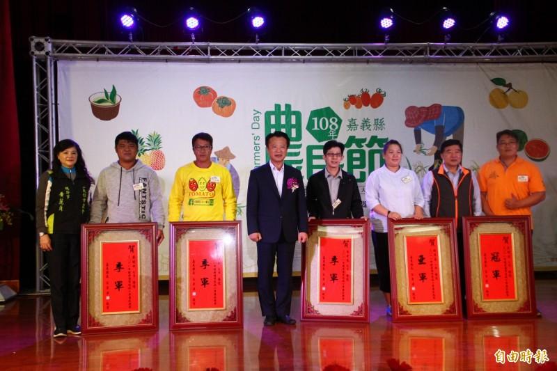 嘉義縣長翁章梁表揚小果番茄比賽得獎者(右)。(記者林宜樟攝)