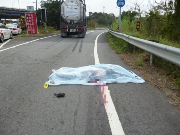騎士遭大車輾過,當場慘死,鮮血流滿地。(記者鄭名翔翻攝)