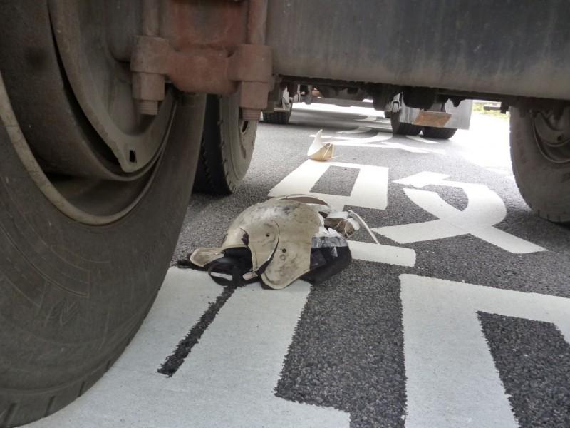 大車底下還留有機車殘骸。(記者鄭名翔翻攝)