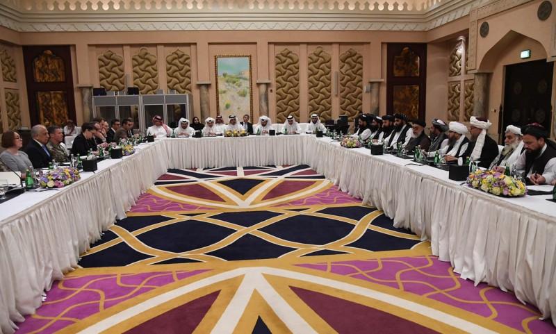 針對阿富汗的和平進程,美國特使哈里札德(左)與塔利班代表(右)將在當地時間2月26日於卡達首府杜哈(Doha)進行第5輪談判(美聯社)