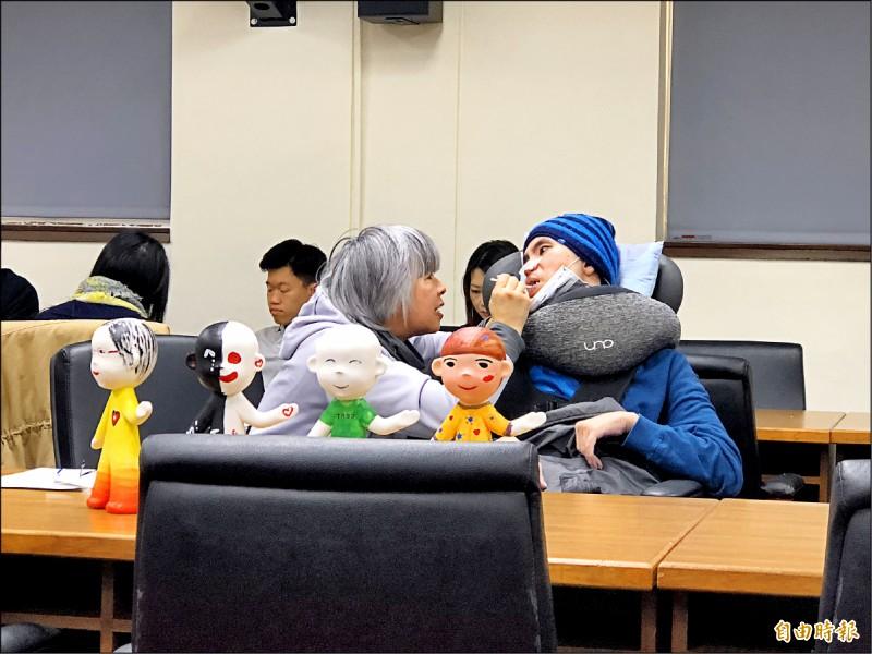 林毓英(左)帶著被酒駕撞成植物人的兒子詹庭豪(右)出席公聽會,她痛陳母子倆才是面臨真正的無期徒刑。(記者陳昀攝)