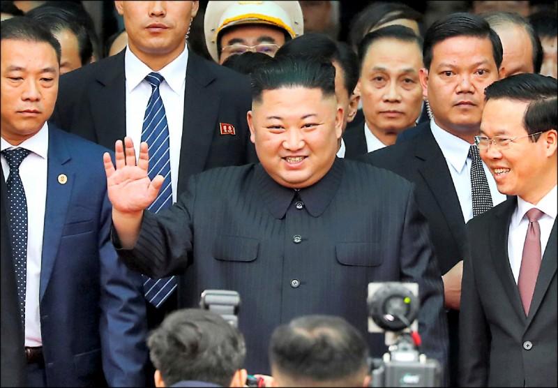 金正恩在步出車廂時,向大批揮舞朝、越兩國國旗的民眾揮手致意。(路透)