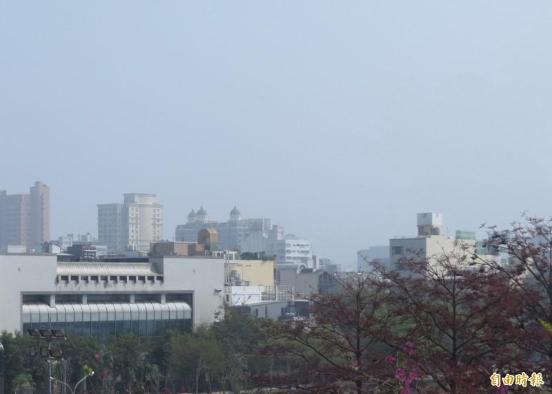 南市環保局表示,台南PM2.5污染物濃度上升中,估計到了晚上會最糟。(記者蔡文居攝)
