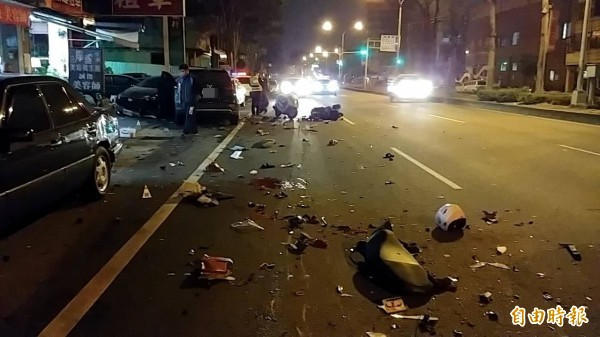 陳男酒駕撞死2名年輕騎士,當時現場一片狼藉。(資料照)