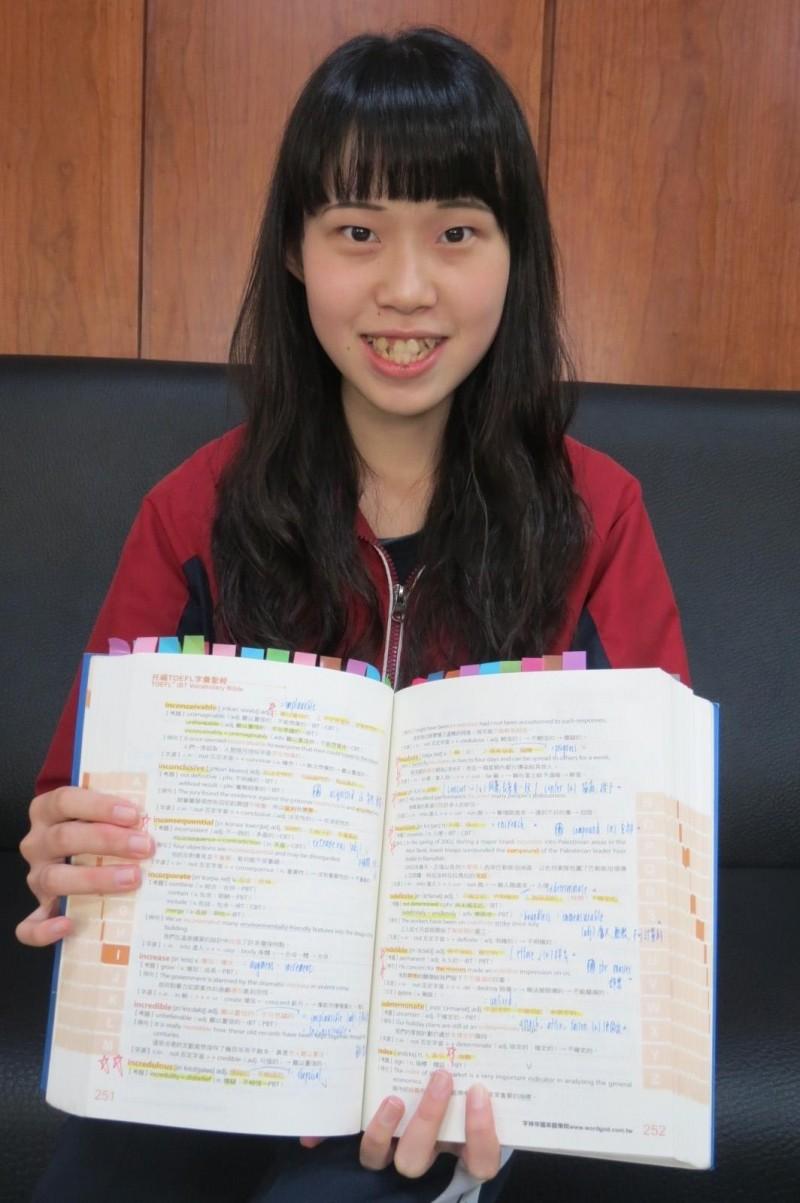 高三女陳彥蓉靠半夜朗誦單字怪招,考過英檢高級,還不必學測上台科大。(記者蘇孟娟攝)