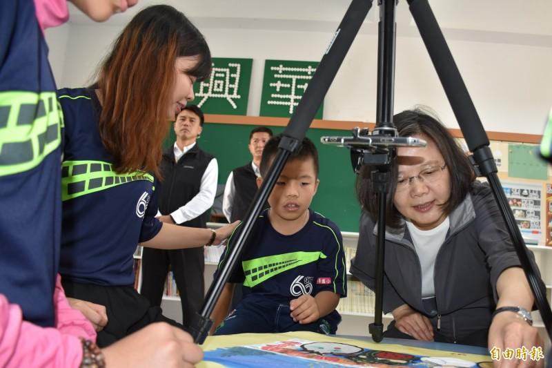 總統蔡英文(右)19日到興華國小,邀請師生參訪官邸或總統府。(資料照,記者林國賢攝)