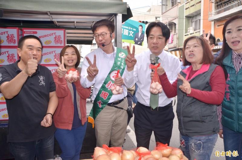 前行政院長賴清德(右4)陪同立委候選人郭國文(右3)掃街拜票,支持者熱情相迎。(記者吳俊鋒攝)