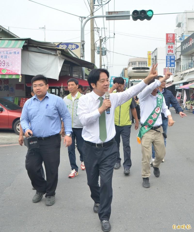 前行政院長賴清德拿起麥克風掃街,全力為立委候選人郭國文拉票。(記者吳俊鋒攝)