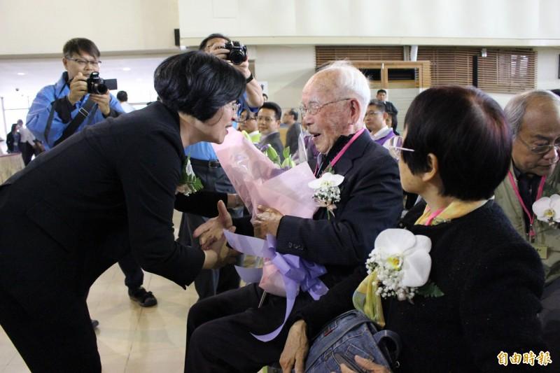 王惠美獻上代表和平的花束給受難者及家屬。(記者張聰秋攝)