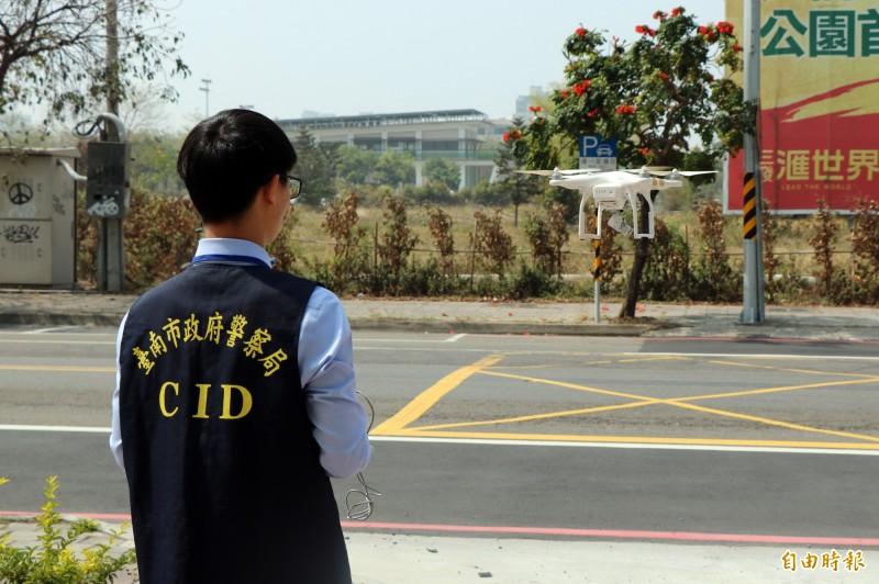 永康警分局創新使用空拍機,協助疏導連假交流道車潮,解決塞車問題。(記者萬于甄攝)