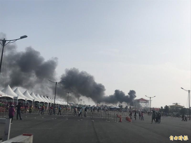 台灣燈會大鵬灣主燈區的宗教燈區,今天(27日)下午約3點50分突然起火,現場黑煙密佈。(記者葉永騫攝)