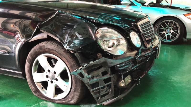 婦人的賓士車被嫌犯擦撞、毀損。(記者吳俊鋒翻攝)