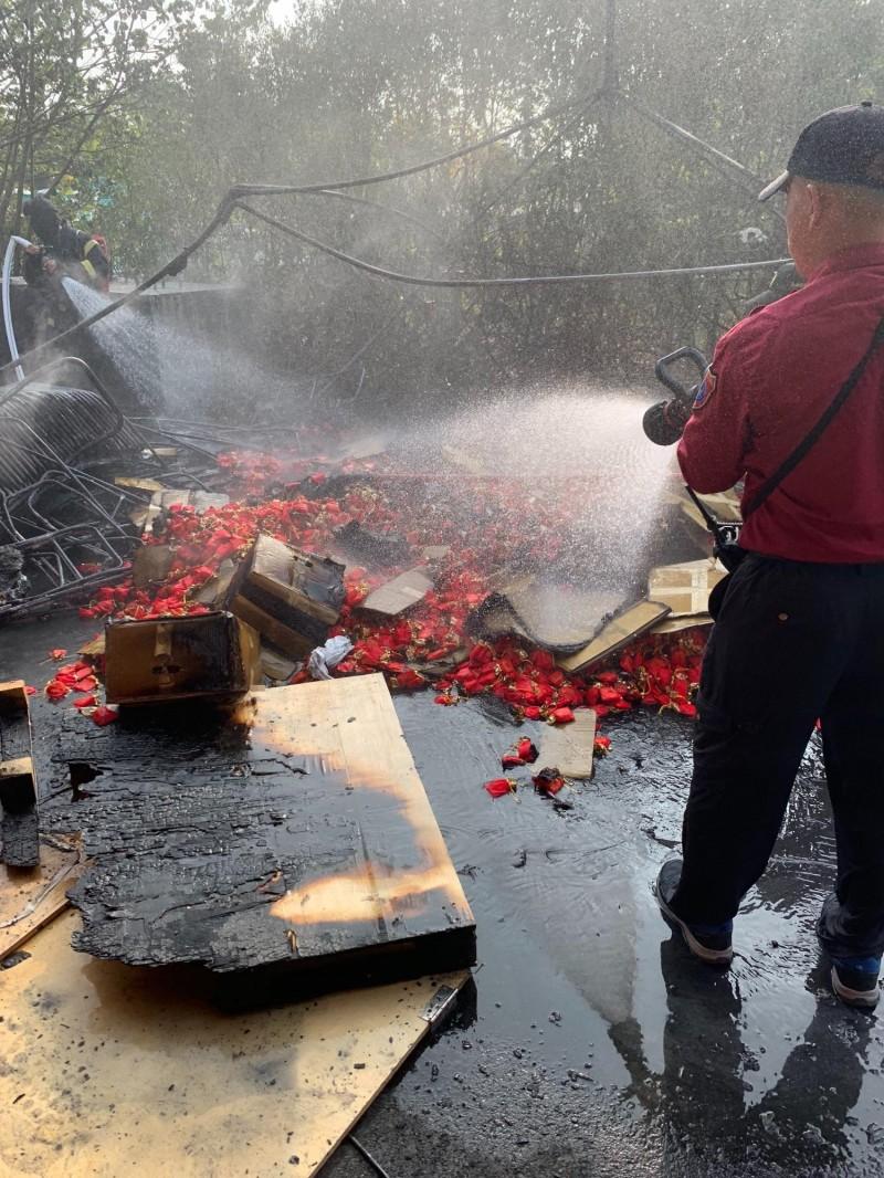 台灣燈會宗教燈區某知名宮廟花燈後方今天下午發生大火,幸虧火勢迅速控制。(記者陳彥廷翻攝)