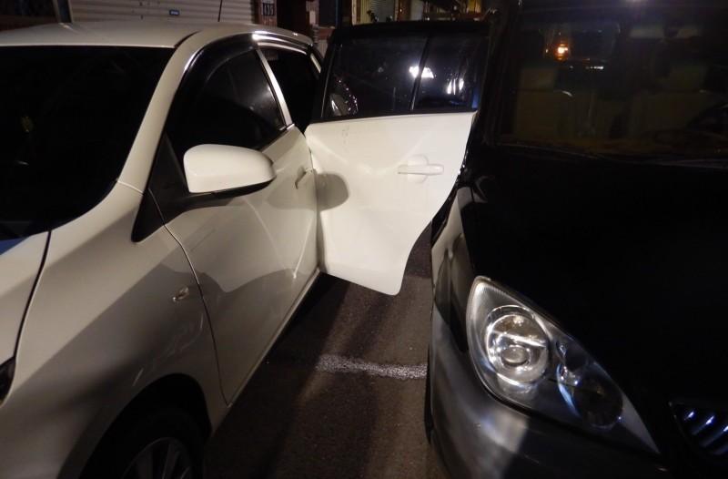 台中一名林姓男子是酒駕累犯,昨晚酒駕行經大里草湖路時將一對夫妻撞倒送醫,連車門都撞彎。(記者陳建志翻攝)