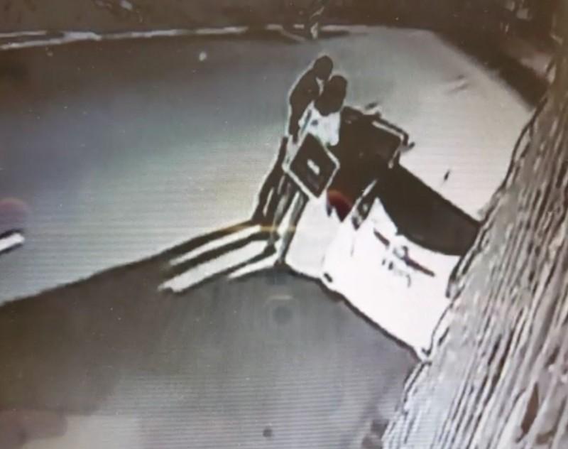 監視器拍到何男和太太下車後開門拿東西。(記者陳建志翻攝)