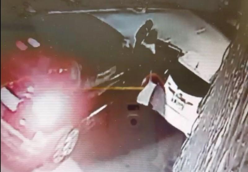 監視器拍到何男和太太下車後開門拿東西,林男酒駕從後將兩人撞倒。(記者陳建志翻攝)