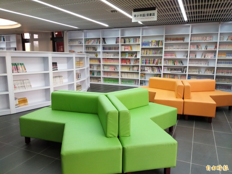湖口鄉立圖書館針對不同年齡層需求作規劃,其中2樓是樂齡人口、學子、新住民及家庭聚會討論的好處所。(記者廖雪茹攝)