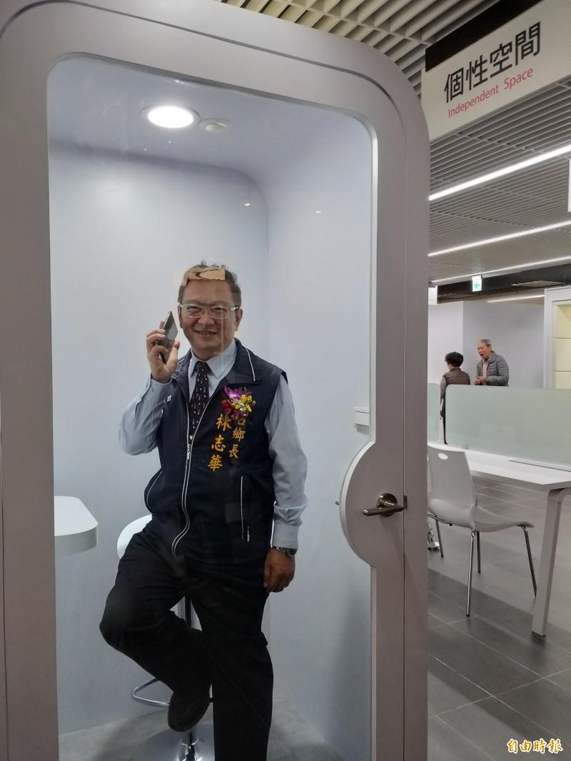 湖口鄉長林志華示範,圖書館貼心設置的「個性空間」,讓民眾可接聽電話又不致於干擾到其他人。(記者廖雪茹攝)