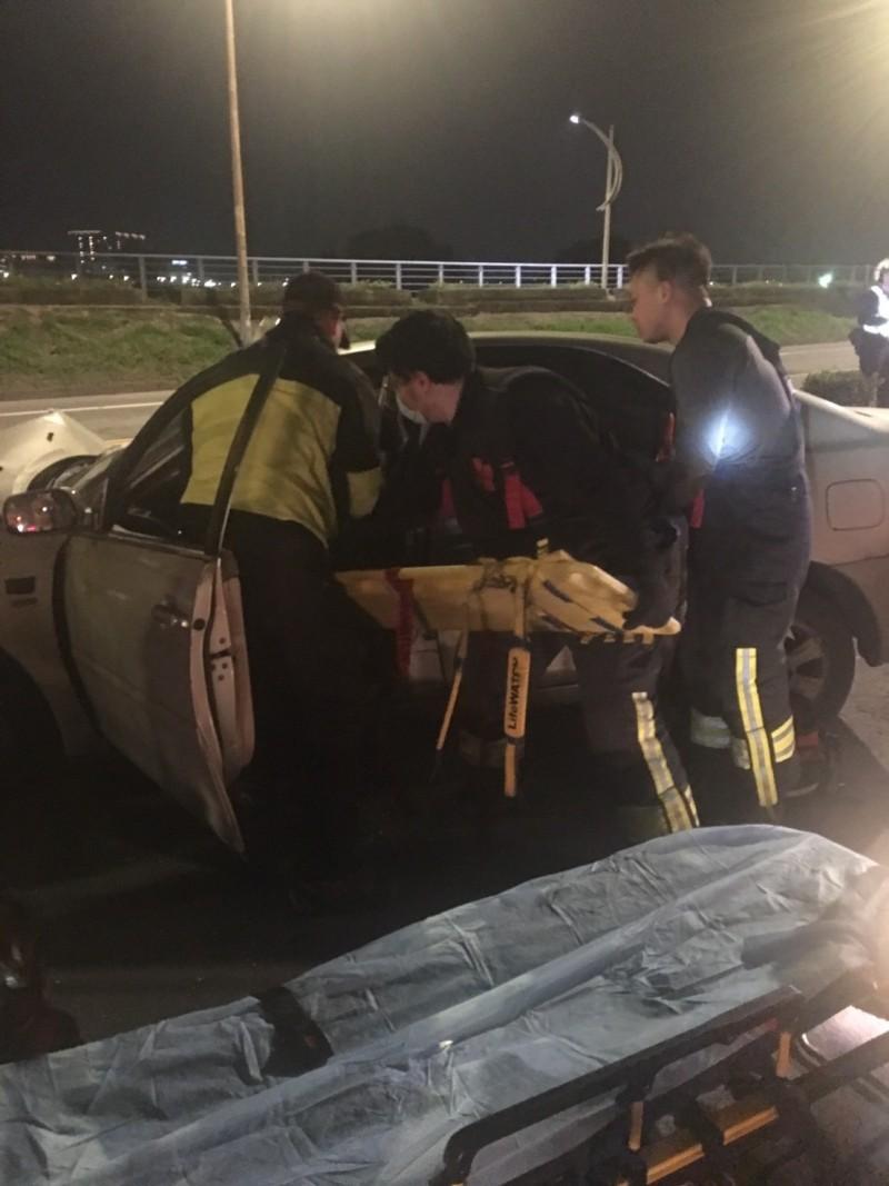 新北市樹林傳出轎車衝撞路邊挖土機,造成轎車駕駛命危。(記者吳仁捷翻攝)