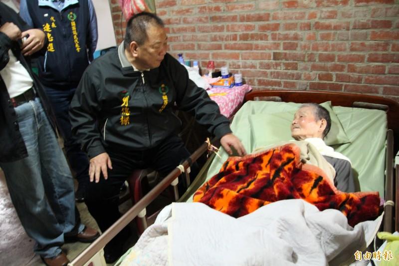 新竹縣關西鎮長劉德樑(左)今天跟98歲阿公劉阿昌(右)允諾,會帶著他的兒子親自跑一趟醫院請求協助。(記者黃美珠攝)