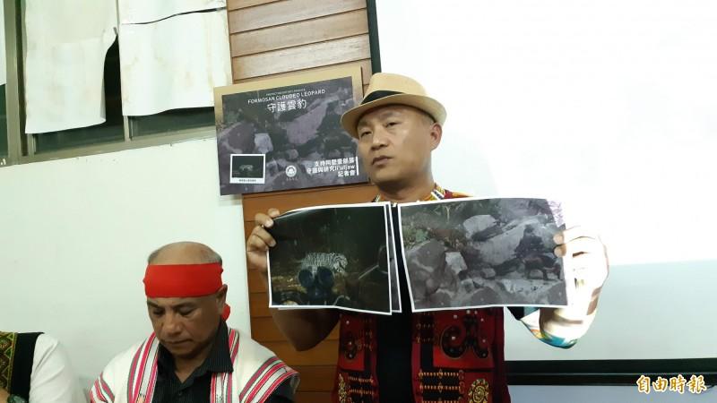 阿塱壹部落主席潘志華出示2張台灣雲豹目擊過程模擬圖。(記者黃明堂攝)