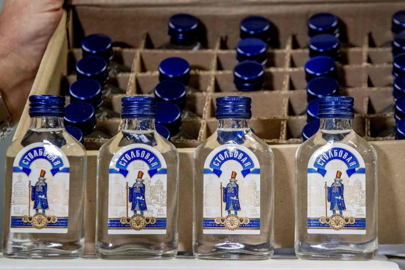 船上有9萬瓶疑似要運到北韓的俄羅斯製伏特加,當場被荷蘭海關查扣。(法新社)