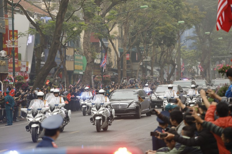 金正恩車隊昨(26日)前往梅利亞酒店,道路兩旁圍觀的群眾紛紛拿出手機拍攝。(彭博社)