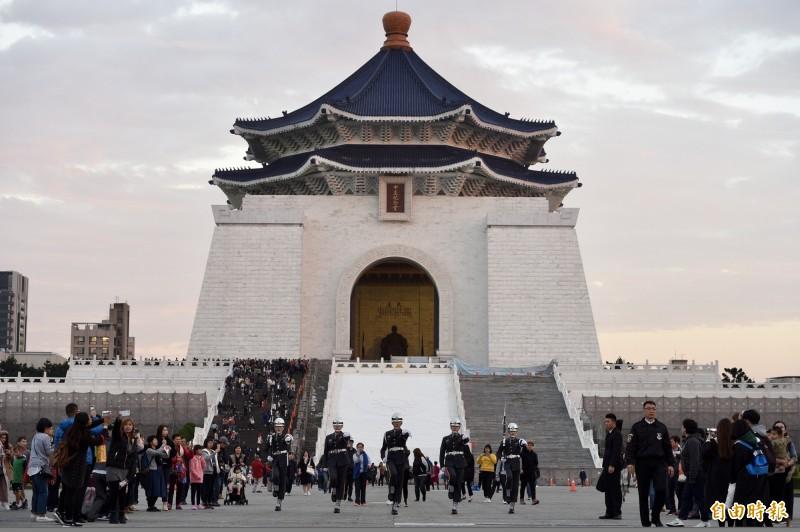 台北一名男子中午到中正紀念堂突然對著蔣介石銅像砸雞蛋,被警方帶回偵訊。(資料照)